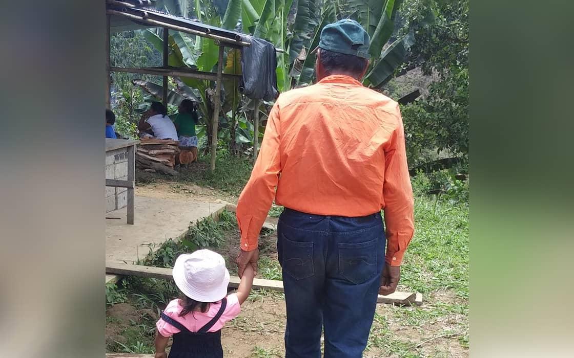 Opa bringt Enkelkinder regelmäßig zuGott