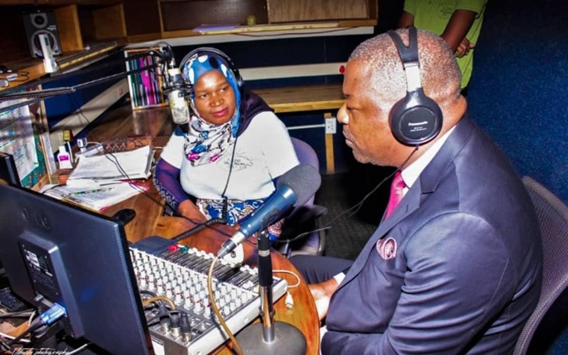 Minister besucht Radio und gestaltet spontan Sendung mit